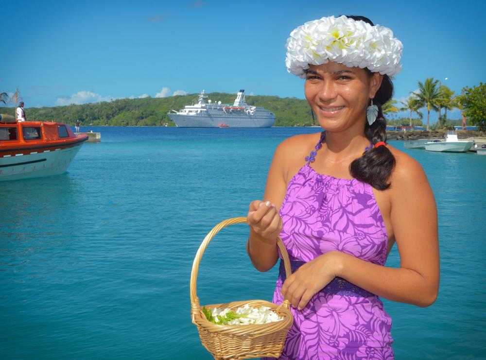 MS ASTOR vor Bora Bora mit junger Frau im Vordergrund.