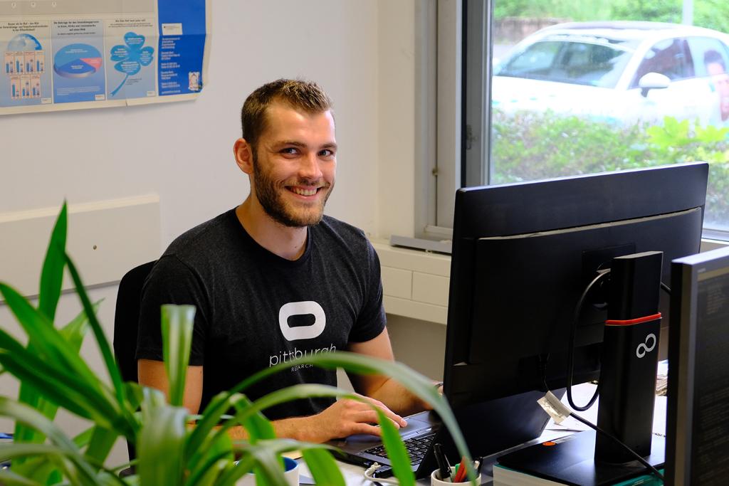 Janek Ebbers am Schreibtisch.