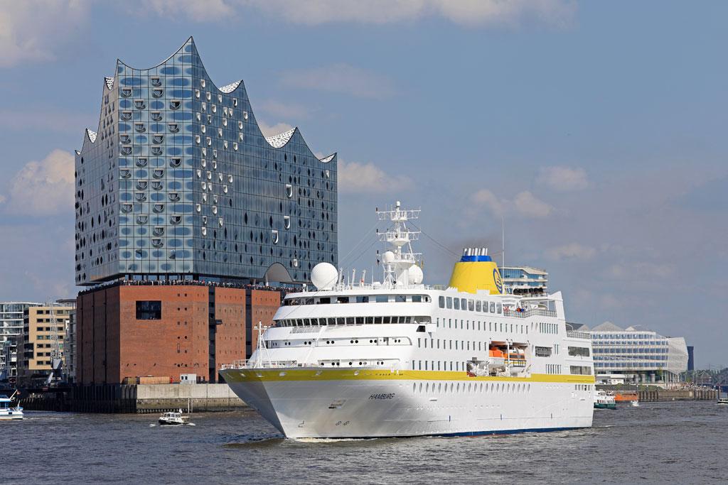 Schiff vor Elbphilharmonie
