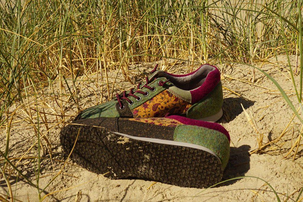 Ein paar Schuhe auf der Düne.