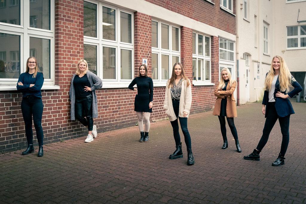 Sechs Mädchen