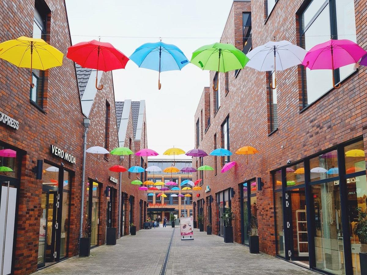 Regenschirme hängen in der Luft